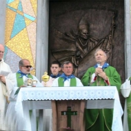 Monsignor L. Monari celebra la S. Messa