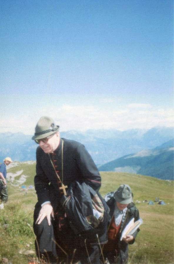 Cardinale G. Battista Re sale sulla Montagna