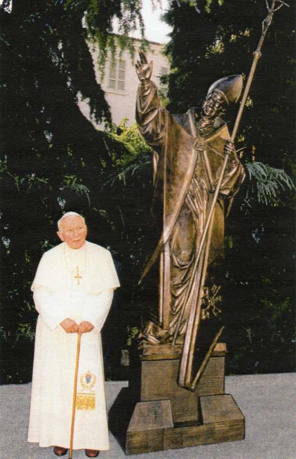 Papa Giovanni Paolo II benedice la statua di Paolo VI